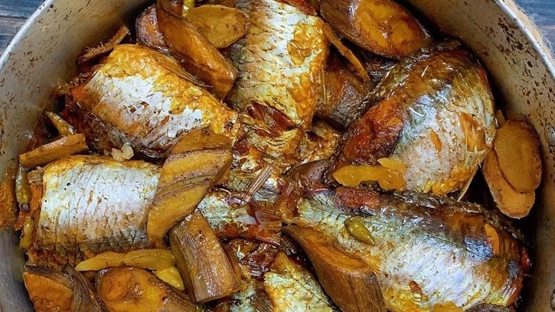 Món cá diếc kho chuối riềng